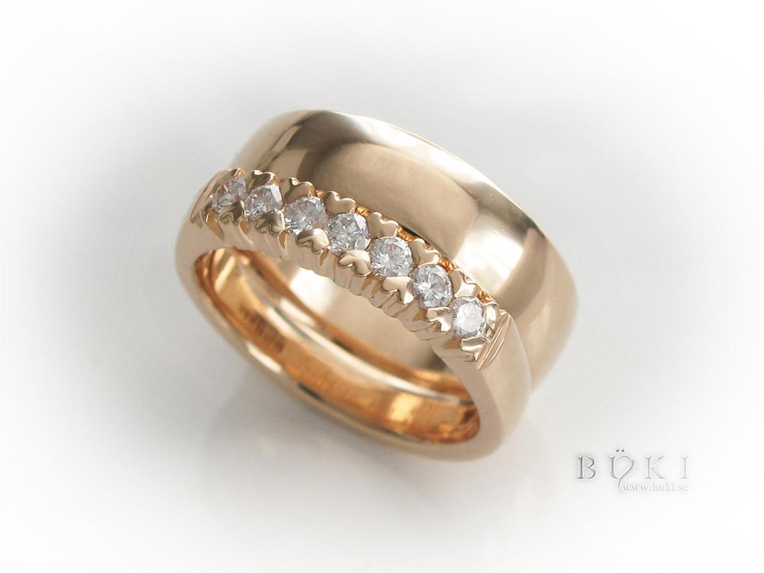 Alliansring-18k-guld-med-diamanter-i-hjärtinfattning-och-slät-ring
