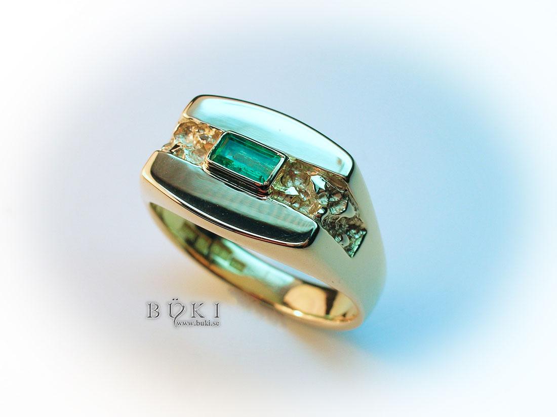 klackring-i-18k-guld-med-smaragd