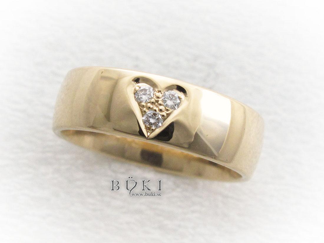 ring-18k-med-nedsänkta-diamanter-i-hjärta