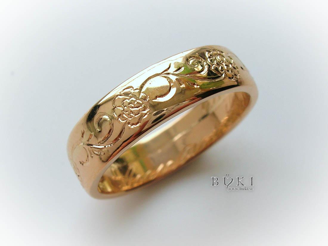 -ros-slinga-graverad-på-gammal-slät-ring-i-23k-guld
