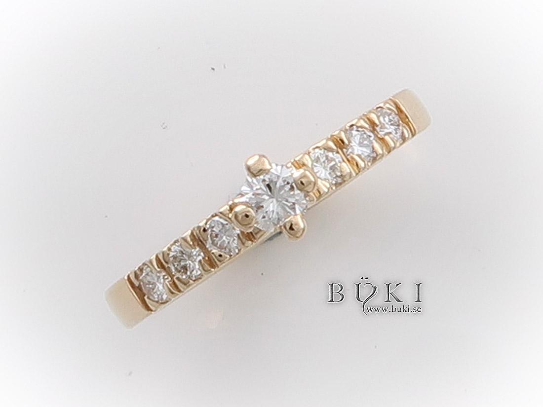 alliansring-i-18k-guld-smal-med-diamanter-och-4-klo-mittfattning