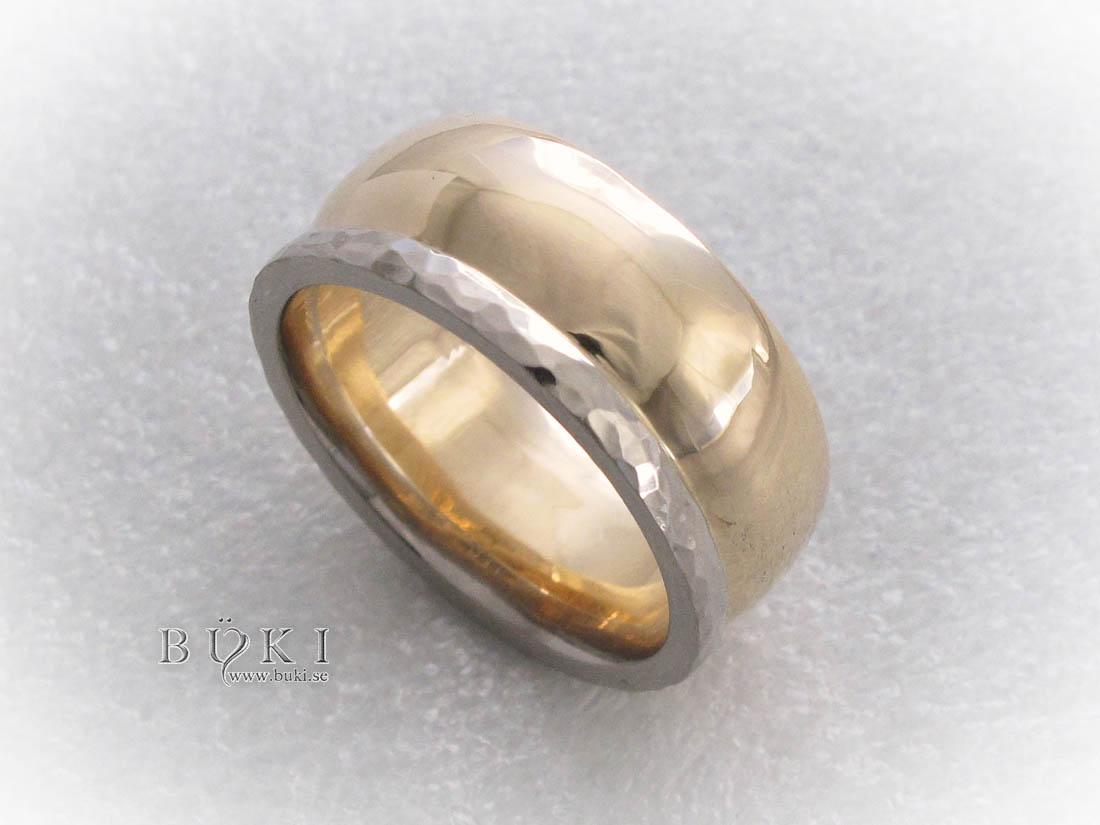 bred-herring-i-18k-guld-med-hamrad-vitguldskant