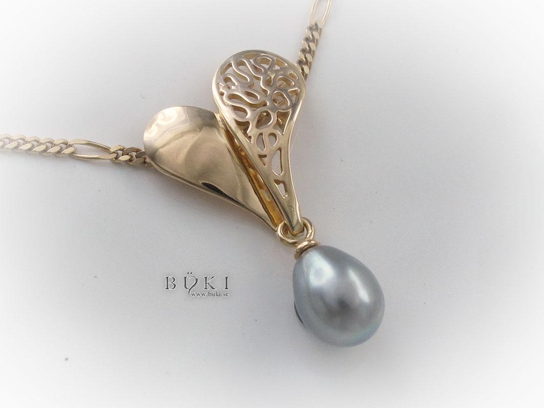 hjärta-i-18k-guld-med-grå-pärla