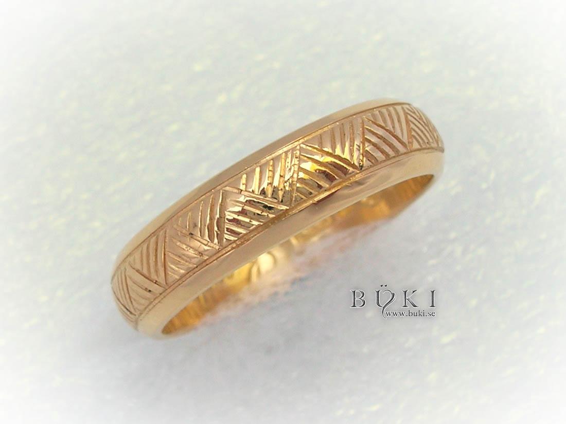 trekantsmönster-graverad-på-gammal-slät-ring-i-18k-guld