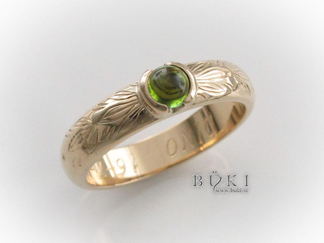 peridot-och-bladslinga-graverad-på-gammal-slät-ring-i-18k-guld