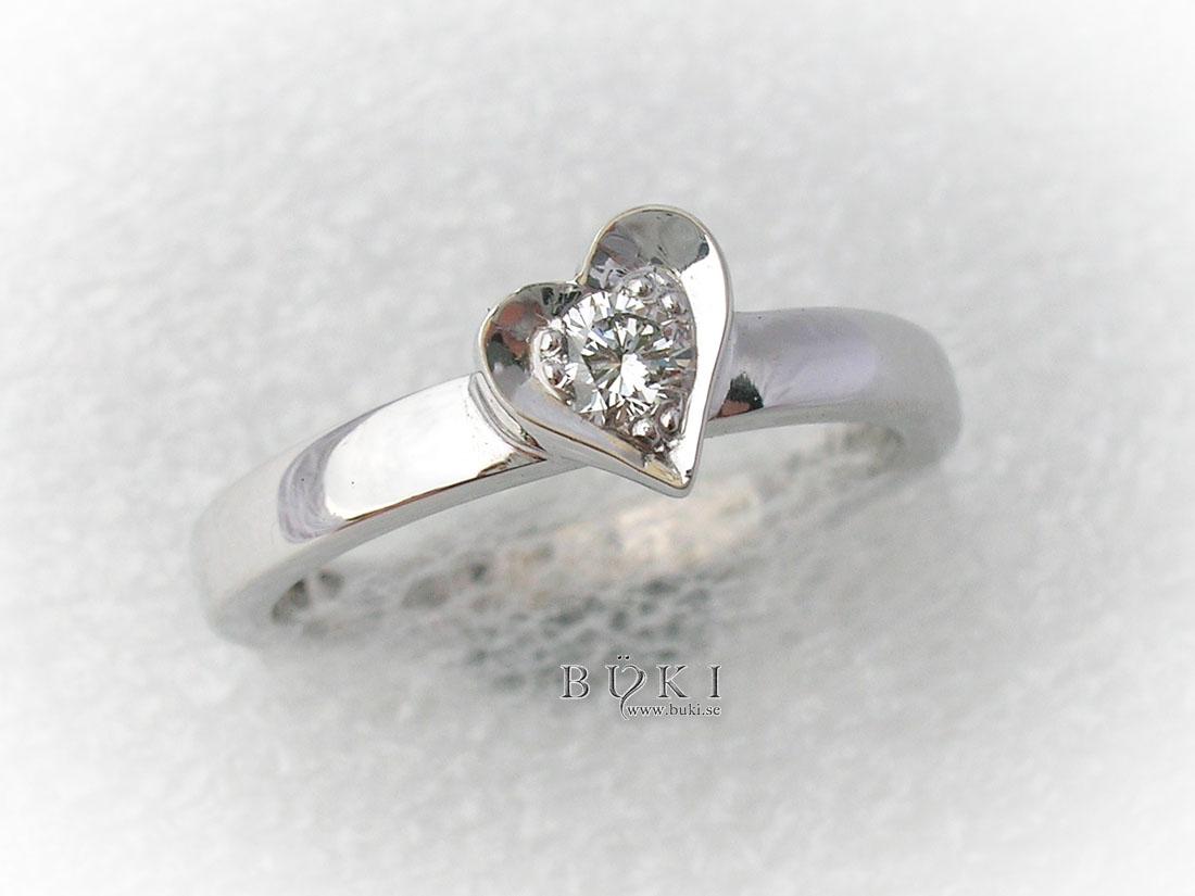 ring-18k-vitguld-med-snedställt-hjärta-och-diamant