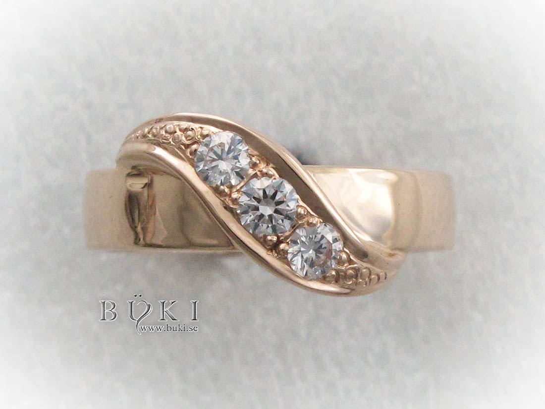 -ring-i-18k-guld-med-tvärslå-med-diamanter