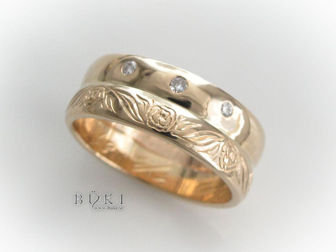 dubbelring-i-18k-guld-med-stenar-och-graverad-slinga