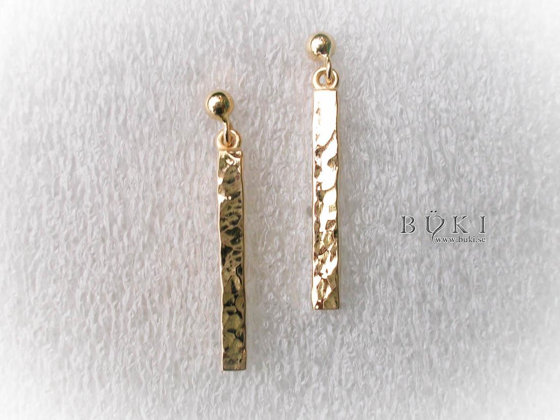 guldörhängen-i-18k-guld-hamrade-stavar