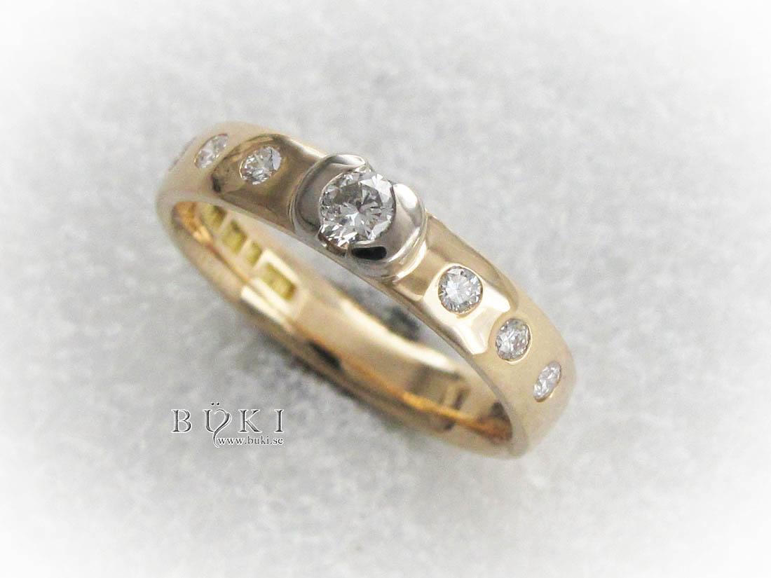 alliansring-i-18k-guld-med-diamanter-och-halvmåne-mittfattnin