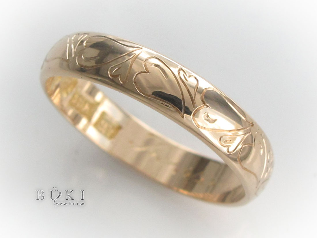 hjärtan-graverade-på-gammal-slät-ring-i-18k-guld