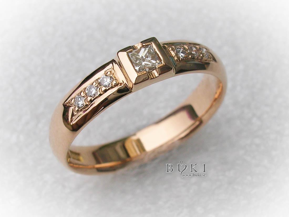 Alliansring-i-18k-med-fadeninfattade-sidostenar-och-prinsess-diamant