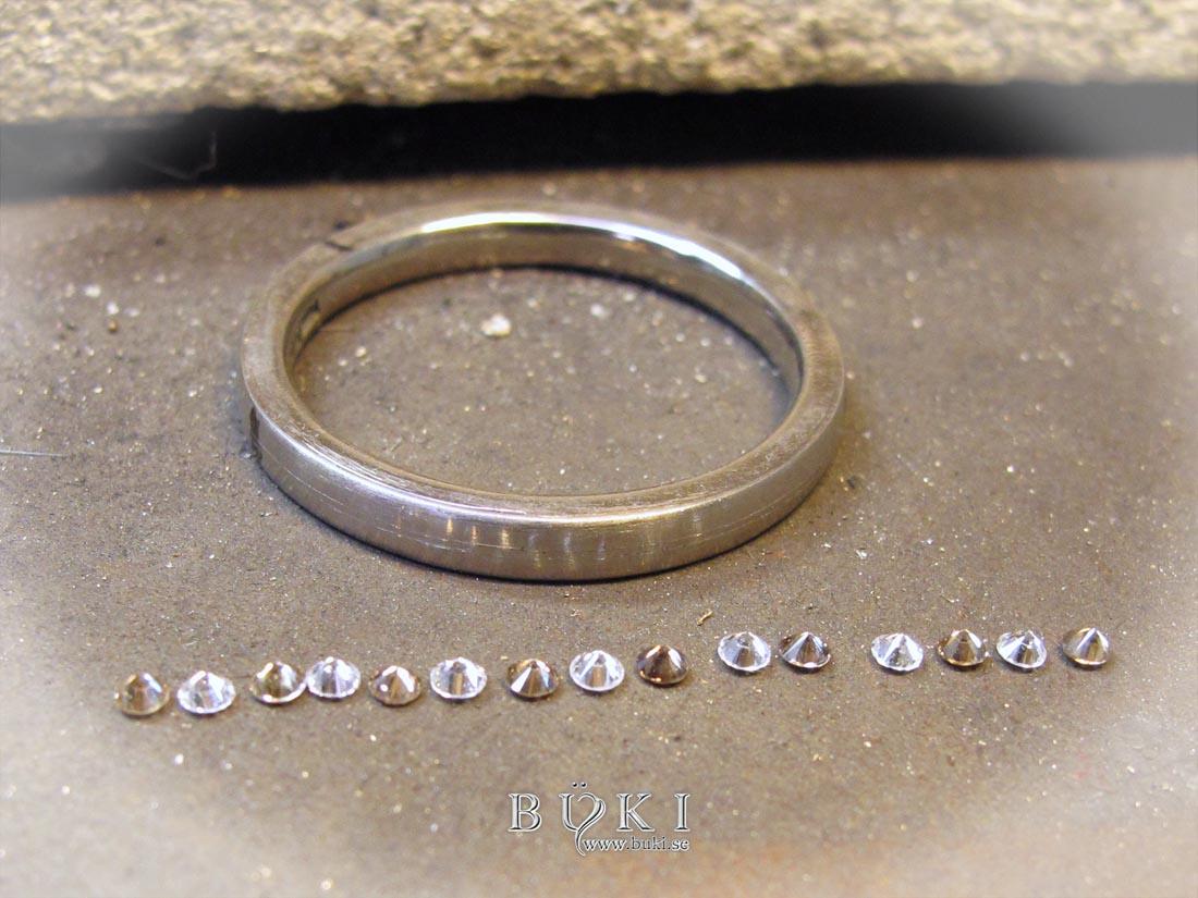 infattning av coffe-diamanter i slät ring i 18k vitguld