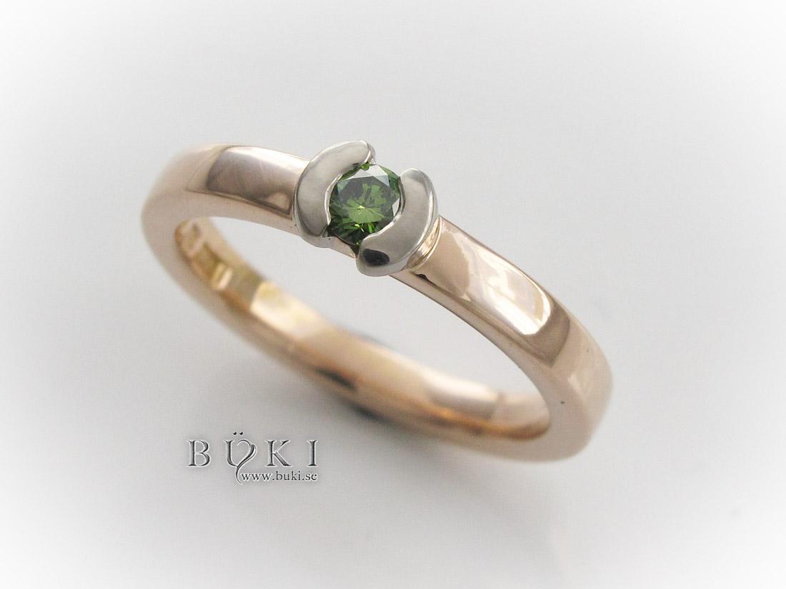 grön diamant infattad i gammal slät ring i 18K guld