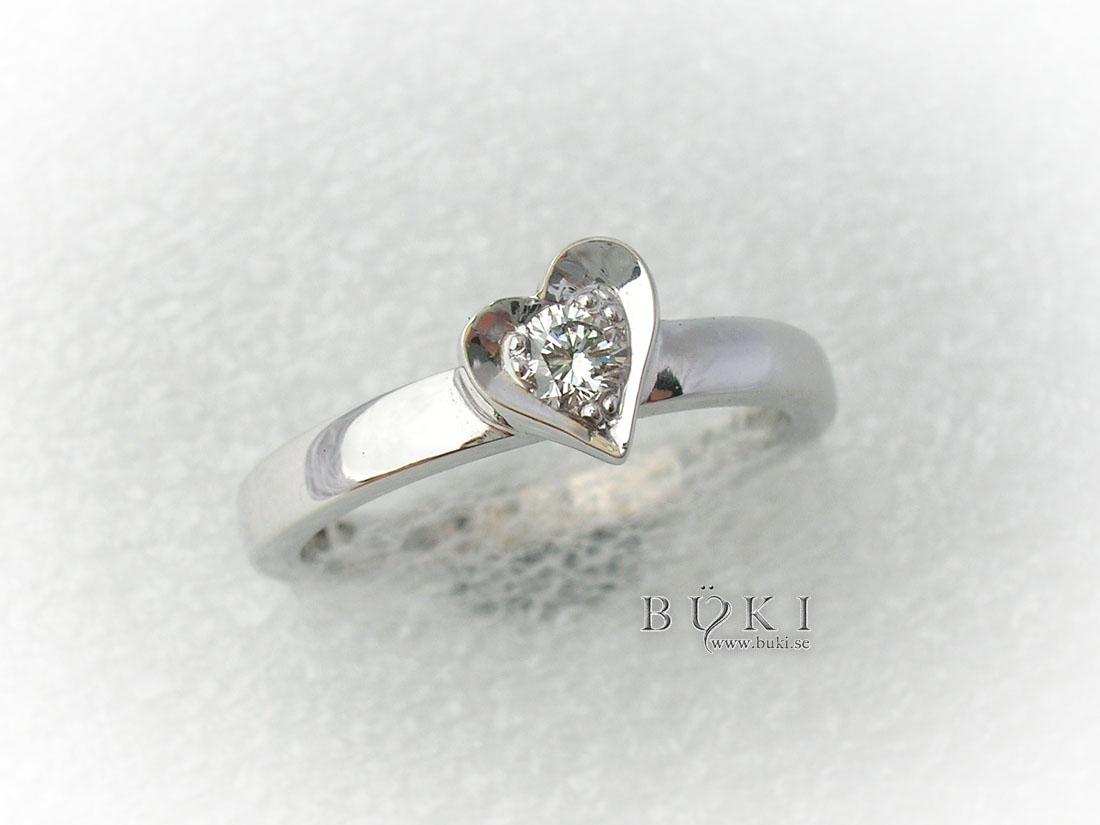 återanvänd diamant infattad i gammal slät ring i 18K vitguld