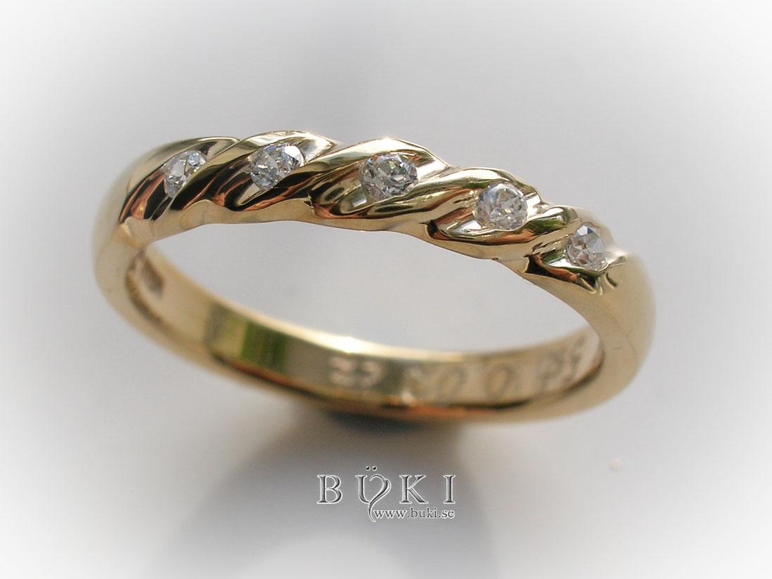 återanvända diamanter infattade i gammal slät ring i 18K guld