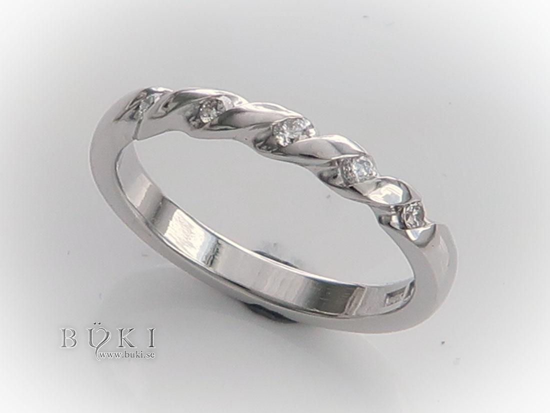 återanvända diamanter infattade i gammal slät ring i 18K vitguld